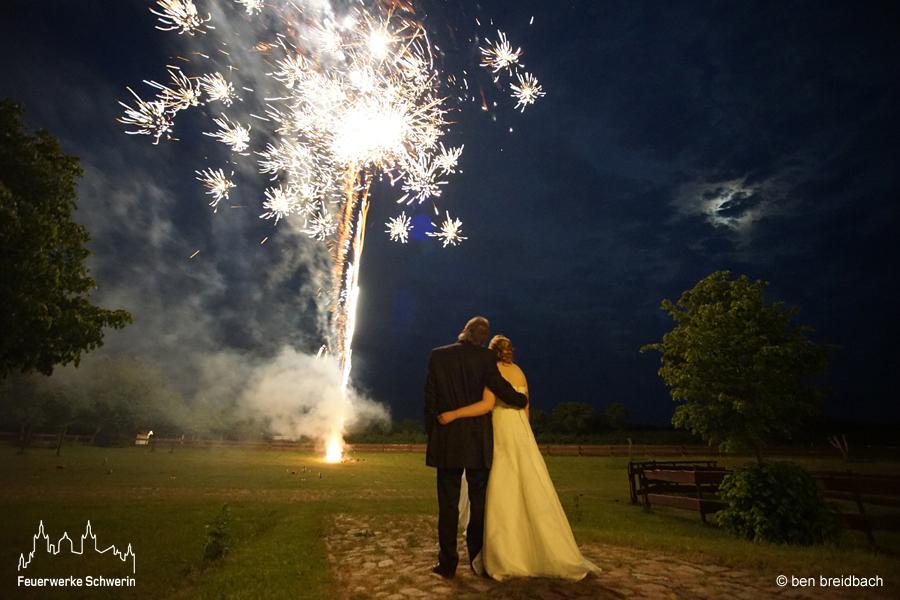 Hochzeitspaar vor Feuerwerk-Hochzeit Hochzeitsfeuerwerk Feuerwerke Schwerin Rostock Wismar